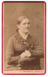 Fotografie E. Dahlberg, Upsala, Portrait Frau im Rüschenkleid mit zurückgebundenem Haar