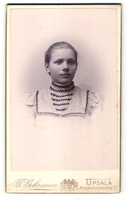 Fotografie Th. Gehrman, Upsala, Portrait junge Frau in zeitgenössischem Kleid