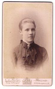 Fotografie C. V. Roikjer, Malmö, Portrait blondes hübsches Fräulein mit zurückgebundenem Haar und Brosche am Kragen