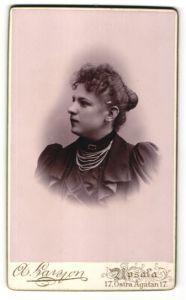 Fotografie A. Larsson, Upsala, Portrait wunderschönes Fräulein mit Dutt und Halskette