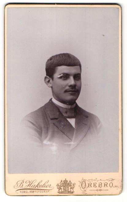 Fotografie B. Hakelier, Orebro, Portrait dunkelhaariger junger Mann mit charmantem Blick