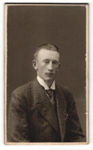 Fotografie Anna Hedström, Orebro, Portrait junger Mann mit zurückgekämmtem Haar und Oberlippenbart