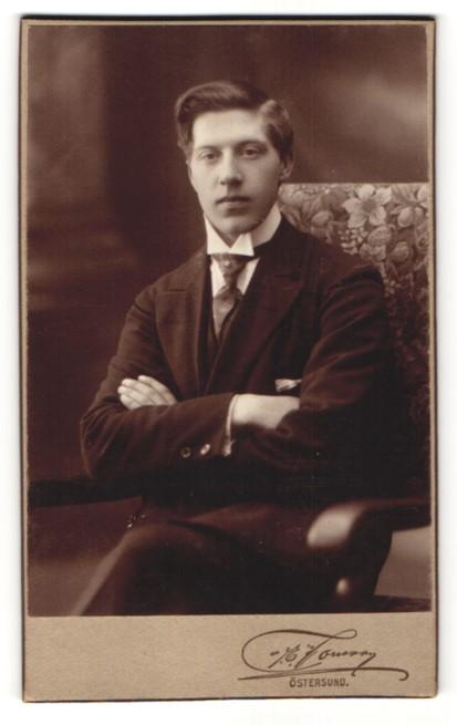 Fotografie J. E. Jonsson, Östersund, Portrait dunkelhaariger junger Mann mit Scheitel und Krawatte
