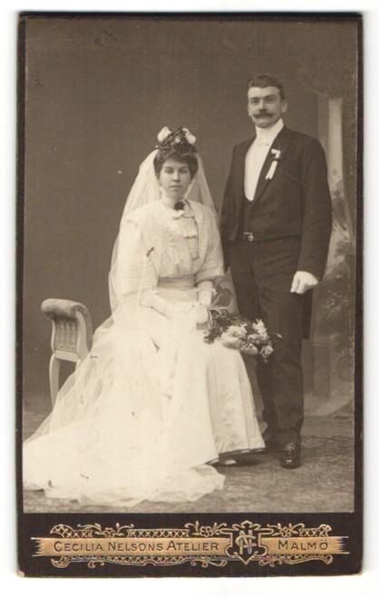 Fotografie Cecilia Nelson, Malmö, Portrait wunderschönes Brautpaar in hübscher Hochzeitsmode