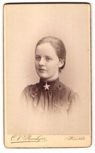 Fotografie C. V. Roikjer, Malmö, Portrait hübsches Fräulein mit Stern-Halskette