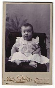 Fotografie Atelier Rubin, Smedjebacken, Portrait niedliches kleines Mädchen im weissen Kleidchen
