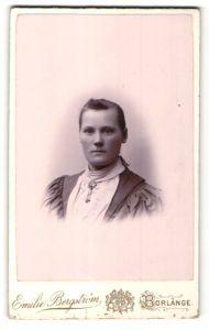 Fotografie Emilie Bergström, Borlänge, Portrait brünettes Fräulein mit zurückgebundenem Haar und Brosche am Kragen