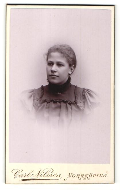 Fotografie Carl Nielsson, Norrköping, Portrait Portrait schönes Fräulein in elegant gerüschter Bluse