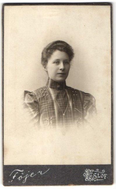 Fotografie Atelier Fojer, Eslöf, Portrait wunderschönes Fräulein in karierter Bluse mit Zierknöpfen