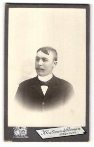 Fotografie Klintmann & Perman, Strömsund, Portrait junger Mann mit Schnauzer und Scheitel im Jackett