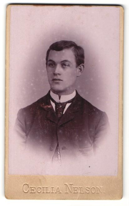 Fotografie Cecilia Nelson, Portrait charmant blickender junger Mann mit Krawatte