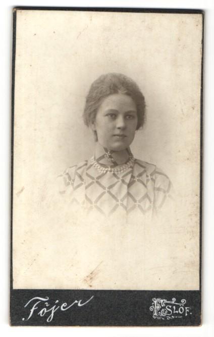 Fotografie Atelier Fojer, Eslöf, Portrait bezauberndes Fräulein mit eleganter Halskette und Broschen an der Bluse