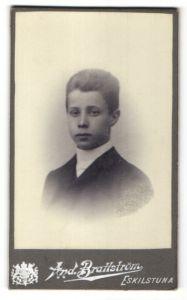 Fotografie And. Brattström, Eskilstuna, Portrait hübscher dunkelhaariger Bube im schwarzen Jackett