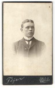 Fotografie Atelier Fojer, Eslöf, Portrait blonder junger Mann mit Scheitel und charmantem Blick