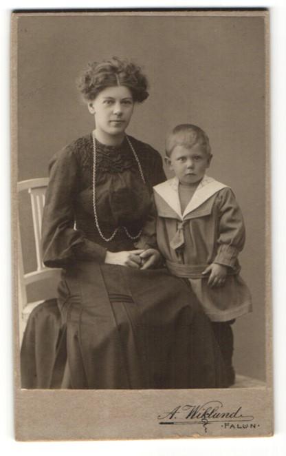 Fotografie A. Wiklund, Falun, lächelnde junge Frau & frecher blonder Bube im Matrosenanzug