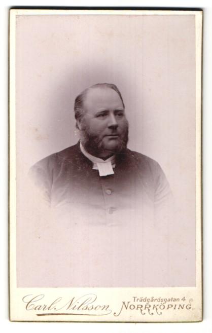 Fotografie Carl Nilsson, Norrköping, Portrait stattlicher Herr mit Kotelettenbart und Halbglatze