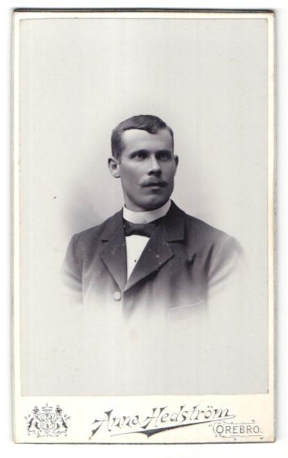 Fotografie Anna Hedström, Örebro, Portrait charmanter Herr mit Schnurrbart im eleganten Jackett