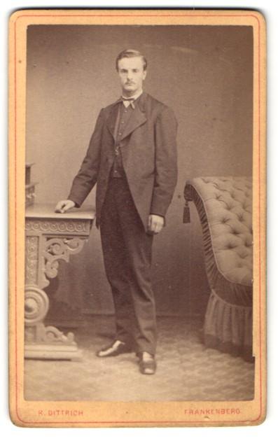 Fotografie R. Dittrich, Frankenberg, Portrait junger charmanter Mann im eleganten Anzug