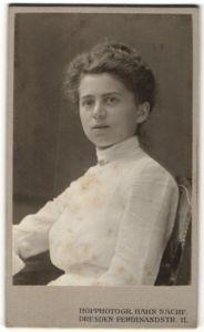 Fotografie Hahn Nachf., Dresden, Portrait brünette junge Schönheit mit charmantem Blick in weisser Bluse