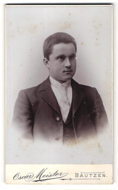 Fotografie Oscar Meister, Bautzen, Portrait dunkelhaariger charmanter Herr mit heller Krawatte im dunklen Jackett