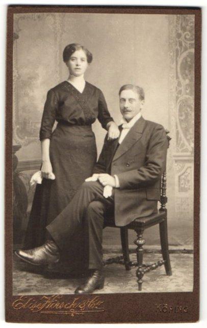 Fotografie Elise Hirsch & Co., Köping, Portrait charmantes junges Paar in hübscher Kleidung