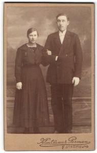 Fotografie Klintman & Perman, Strömsund, Portrait schönes junge Frau im Kleid & junger Mann im Anzug