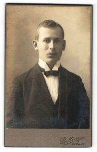 Fotografie Bolling, Örebro, Portrait hübscher junger Mann im schwarzen Anzug und schwarzer Fliege