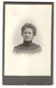 Fotografie B. Bruzelius, Stockholm, Portrait wunderschönes Fräulein mit interessanter Stickerei an der Bluse