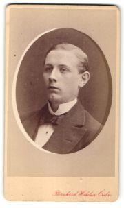 Fotografie Bernhard Hakelier, Örebro, Portrait junger charmanter Mann mit zurückgekämmtem Haar und Fliege