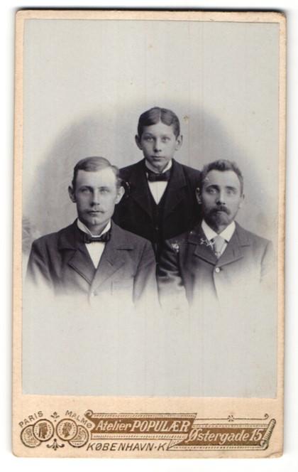 Fotografie Atelier Populaer, Kjobenhavn, Portrait schöne junge Männer & frecher Bube in eleganten Anzügen