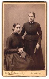 Fotografie Otto Pettersson, Malmö, Portrait zwei wunderschöne junge Frauen mit Büchern