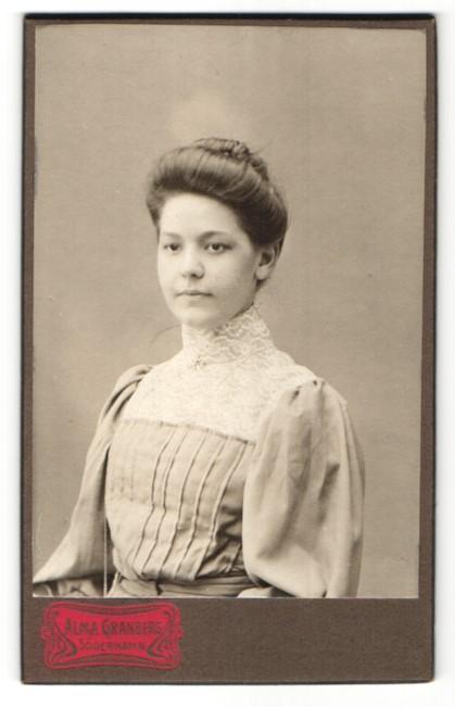 Fotografie Salma Granberg, Söderhamn, Portrait wunderschönes Fräulein mit Dutt