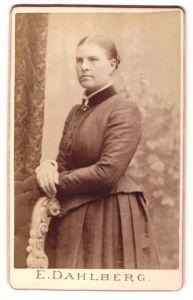 Fotografie E. Dahlberg, Upsala, hübsche Dame mit zurückgebundenem Haar im prachtvollen Kleid