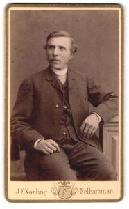 Fotografie J. F. Norling, Nelhammar, Portrait charmanter Herr im eleganten Anzug und Ring am Finger