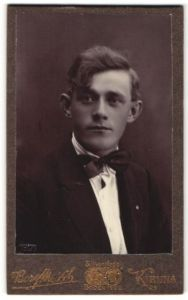 Fotografie Borg, Kiruna, Portrait hübscher junger Mann mit charmantem Blick im Jackett