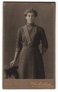 Fotografie Wictor Boye, Köping, Portrait brünette Schönheit mit Dutt im bestickten Kleid