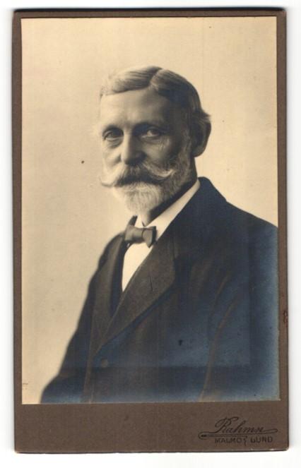 Fotografie Rahmn, Malmö, Portrait charmanter älterer herr mit Vollbart