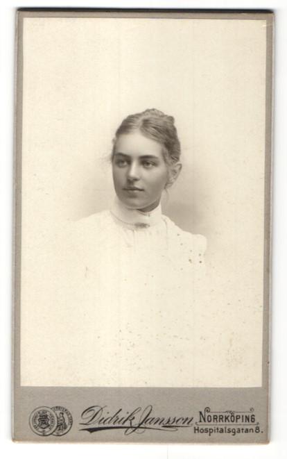 Fotografie Didrik Jansson, Norrköping, Portrait wunderschönes Fräulein mit zurückgebundenem Haar in weisser Bluse