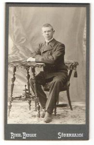 Fotografie Rich. Ekman, Söderhamn, Portrait junger Mann mit kurzem Haar im Anzug
