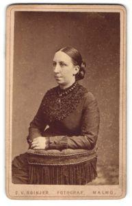 Fotografie C. V. Roikjer, Malmö, Portrait dunkelhaarige Schönheit mit Flechtfrisur und Amulett-Kette