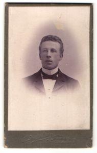 Fotografie B. Bruzelius, Stockholm, Mann im Anzug mit Fliege