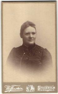 Fotografie Wolfenstein, Stockholm, Porträt einer Dame im Kleid