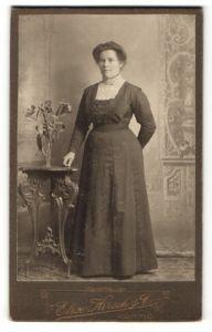 Fotografie Elise Hirsch, Köping & Westeras, Frau im langen Kleid