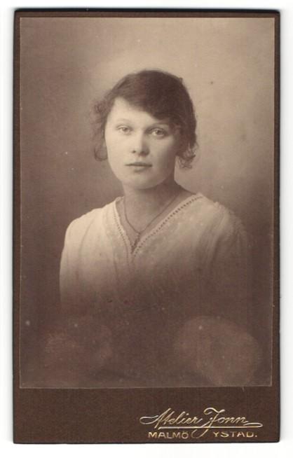 Fotografie R. Küller, Malmö, Junge Frau im Kleid mit Halskette