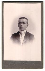 Fotografie B.Bruzelius, Stockholm, junger Mann im Anzug mit Kravatte