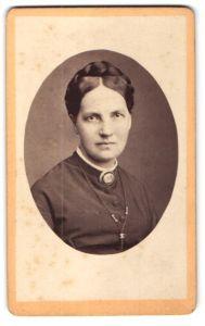 Fotografie Mohr, Frankfurt a/M., Frau im Kleid mit Brosche