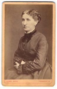 Fotografie Gebr. Mohr, Frankfurt a/M, Portrait Dame in Kleid