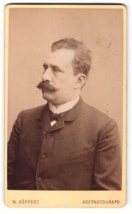 Fotografie W. Höffert, Berlin, Profilportrait Herr mit Schnauzbart