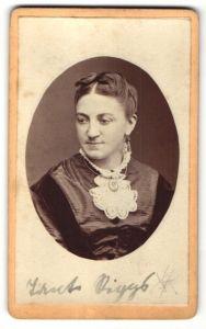 Fotografie Gebr. Mohr, Frankfurt a/M, Portrait junge Dame mit zeitgenöss. Frisur
