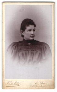 Fotografie Fritz Ette, Eisleben, Portrait junge Frau mit zusammengebundenem Haar